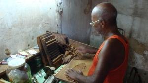 Cigar maker in Soroa